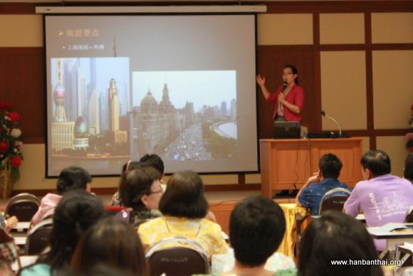 王昱老师为本土教师介绍上海外滩的历史与景观.JPG