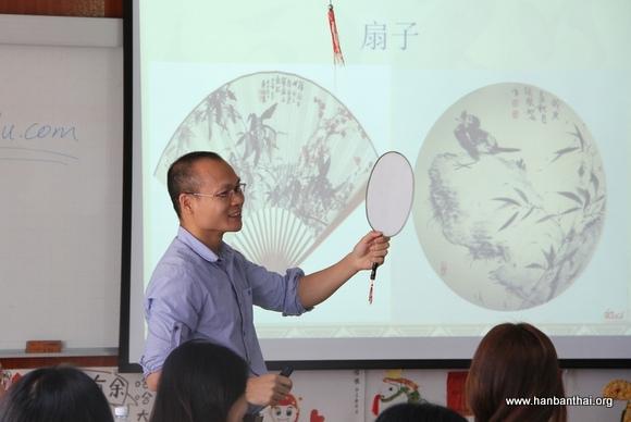 """曼松德孔院推出泰国手绘""""宋干节团扇""""中国画体验活动"""
