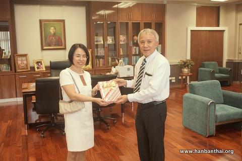 在会晤中表示,孔子学院是泰国人民认识中国的一个重要平台,孔子学